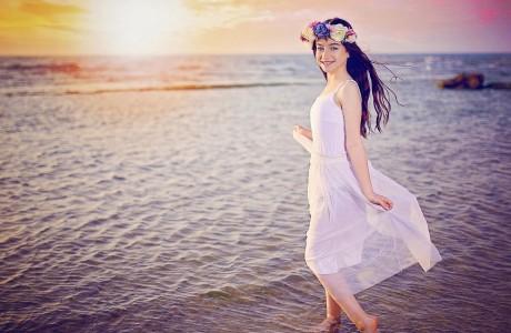 ילדת בת מצווה בים