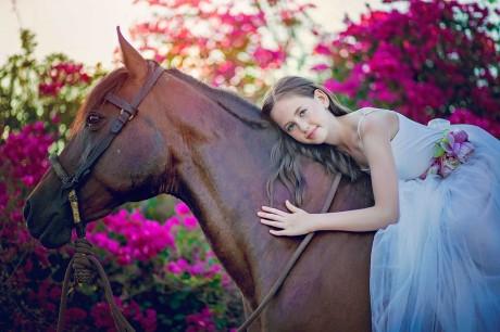 חיבוק לסוס עם פרחים