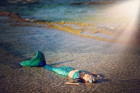 בת ים קסומה נחה על החוף