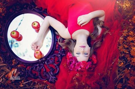 בוק בת מצווה בשמלה אדומה עם אביזרים