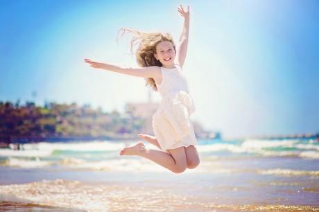 קפיצה באוויר מעל הגלים